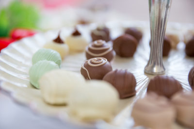 bombons-variados-de-chocolate-coco-menta-maracuja-limão-cardapio-buffet-paulinelli