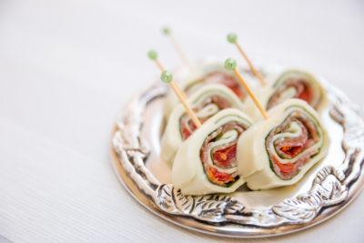 rocambole-salgado-de-mussarela-de-bufula-tomate-seco-rucula-cardapio-buffet-paulinelli