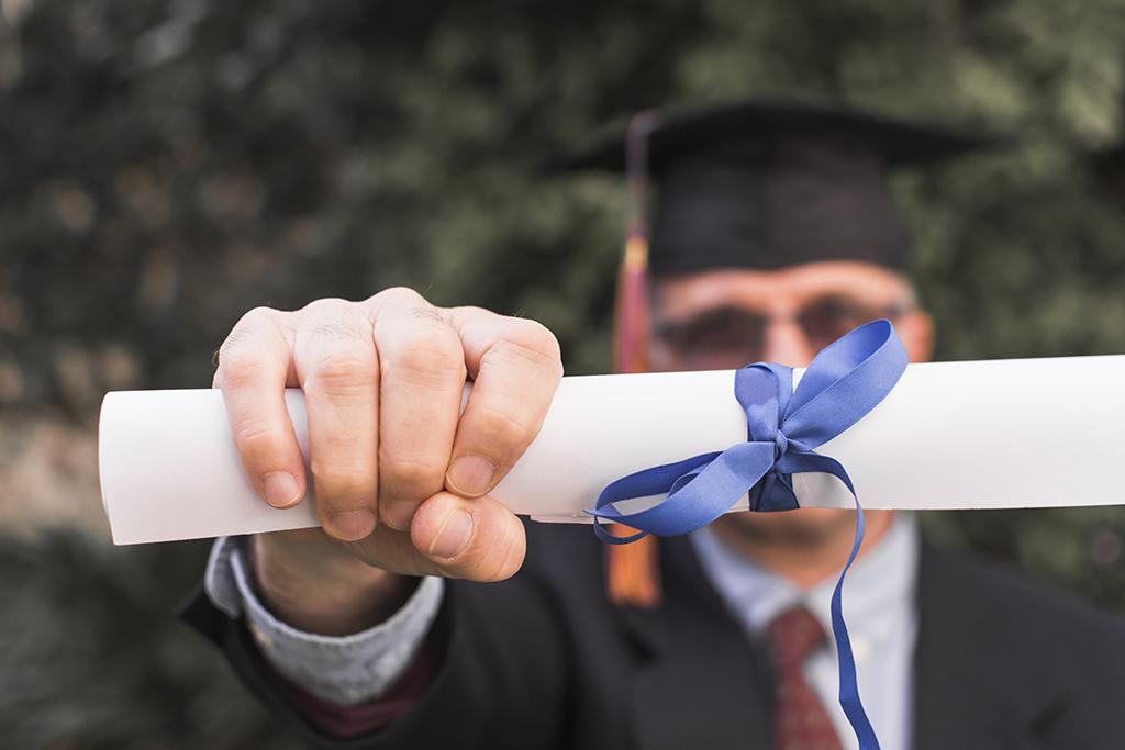 formando-segurando-o-diploma-na-festa-de-formatura